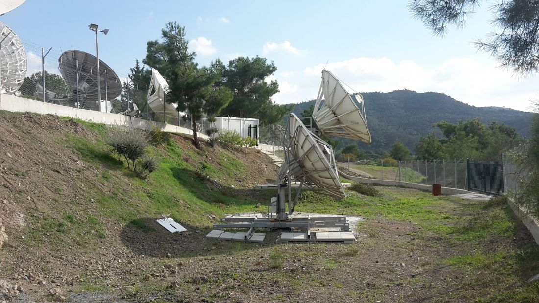 Noorsat Cyprus: In het midden portacabin voor de indoor apparatuur.